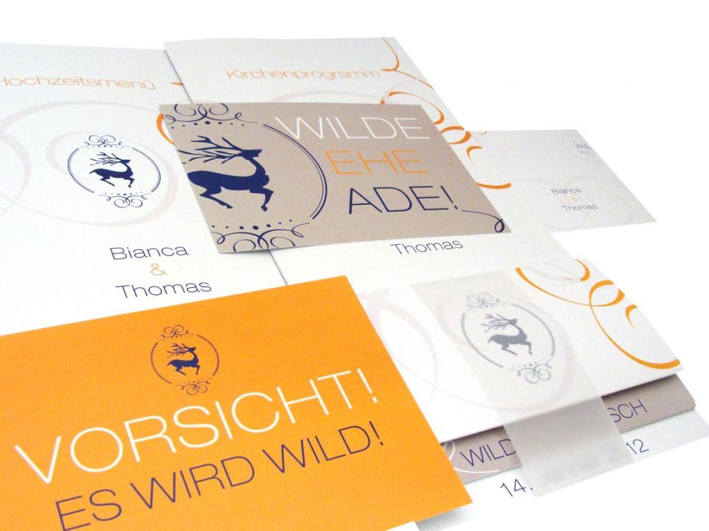 verschiedene Muster von personalisierten Hochzeitseinladungen mit Hochzeitslogos und passenden Drucksorten wie Menükarten und Tischkarten