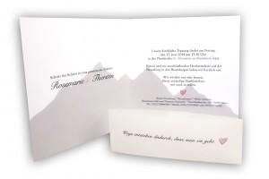 Hochzeitseinladungskarte Innenseite mit Berge Illustration im Hintergrund für die Hochzeit am Berg
