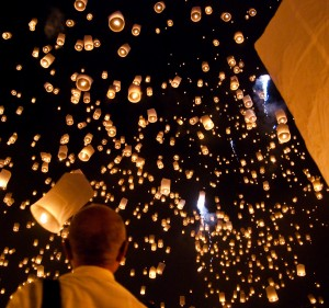 """Kong-Ming-Laternen erhellen den Nachthimmel. Foto von """"Takeaway"""" / Wikipedia / CC-BY-SA-3.0"""