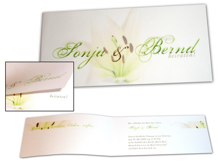 ... Hochzeitseinladungen von einer transparenten Hülle mit dem Namen des